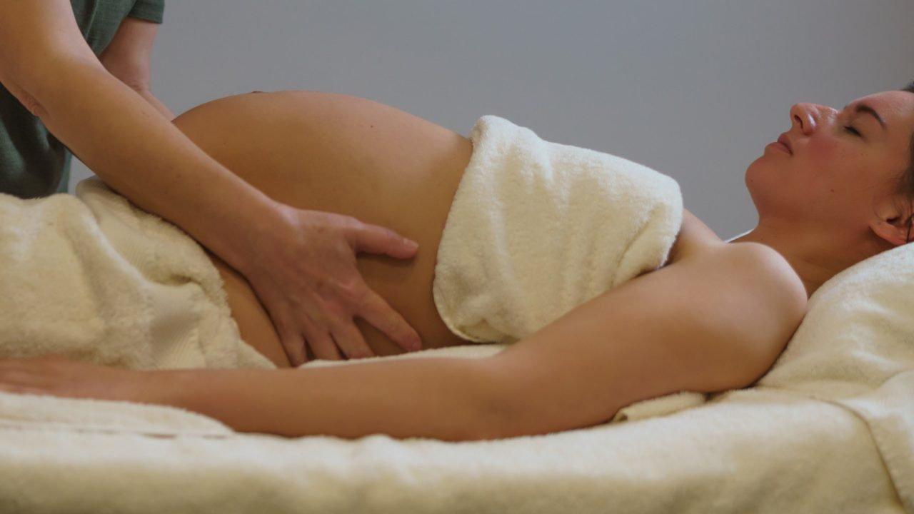 Zwangerschapsmassage buikmassage closeup